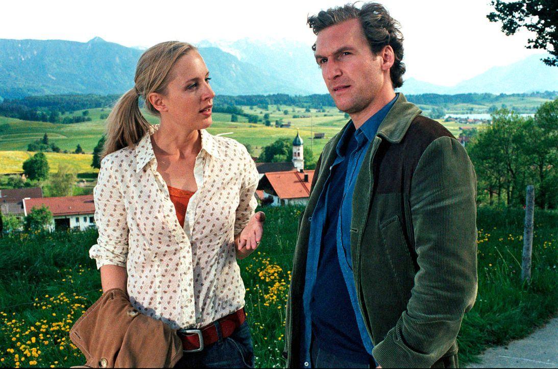Rebecca (Lilian Klebow, l.) und Mark (Siegfried Terpoorten, r.) diskutieren über das Liebesleben von Peter Kiesel. - Bildquelle: Hans Seidenabel Sat.1