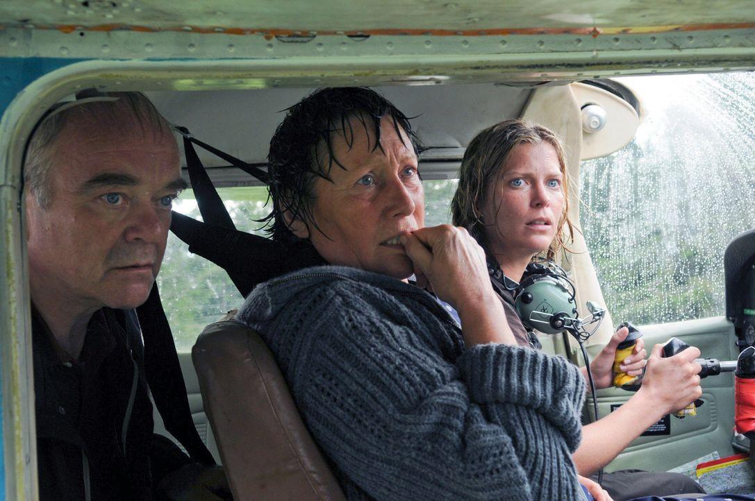 Rosel (Hertha Schell, M.), Friedrich (Götz Burger, l.) und Andrea (Valerie Niehaus, r.) müssen zusehen, wie die Wetterkatastrophe alles zerstört ...... - Bildquelle: Petro Domenigg Sat.1