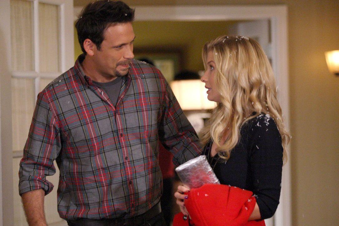 Während Tessa versucht George (Jeremy Sisto, l.) und Zoey wieder zusammen zu bringen, hat George schon längst ein Auge auf Amy (Ellen Woglom, r.)... - Bildquelle: Warner Bros. Television