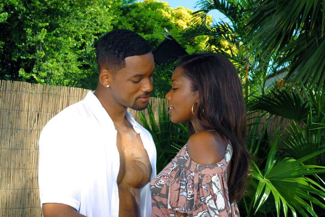 Die Miami-Cops Marcus Burnett und Mike Lowry (Will Smith, l.) sind gute Freunde, doch Mikes Affäre mit Marcus' Schwester Sydney (Gabrielle Union, r.... - Bildquelle: 2004 Sony Pictures Television International. All Rights reserved.