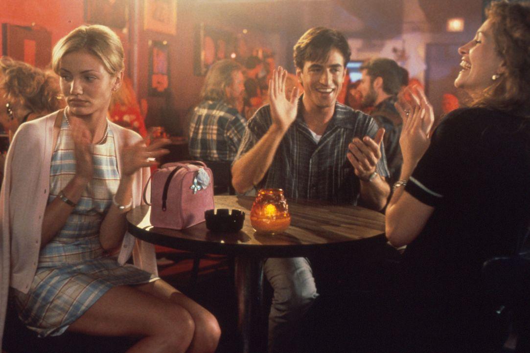 Auf dem Kriegspfad: Julianne (Julia Roberts, r.), Michael (Dermont Mulroney, M.) und dessen Verlobte (Cameron Diaz, l.) in einer Karaoke - Bar ... - Bildquelle: Columbia TriStar