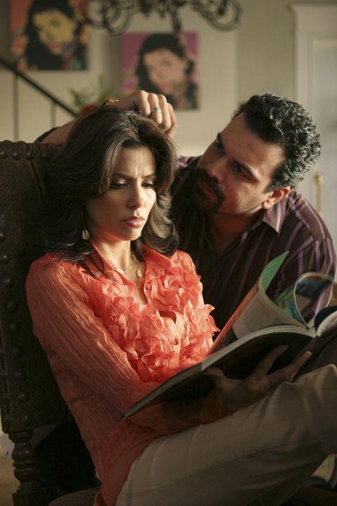 Gabrielle (Eva Longoria, l.) lässt Carlos (Ricardo Chavira , r.) nicht mehr ins Ehebett, wenn er den neuen Ehevertrag nicht zerreißt. Daraufhin sper... - Bildquelle: Touchstone Television