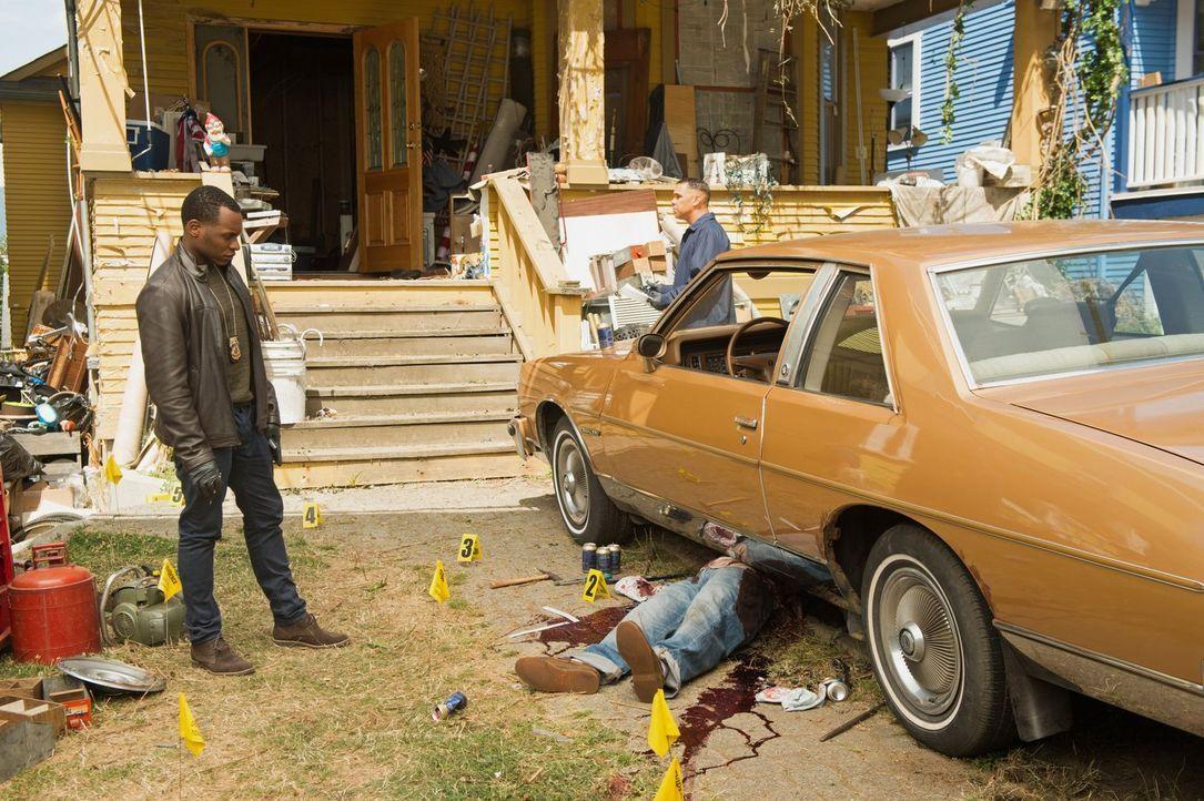 Der Mord an einem unsympathischen alten Mann stellt Clive (Malcolm Goodwin, l.) vor einige Herausforderungen ... - Bildquelle: 2014 Warner Brothers