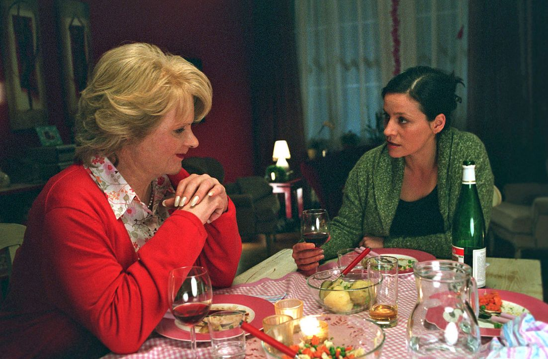 Sandra (Jule Ronstedt, r.) erklärt Leonore (Fritz Karl, l.), dass sie es nicht verzeiht, angelogen zu werden. - Bildquelle: Martin Lässig Sat.1