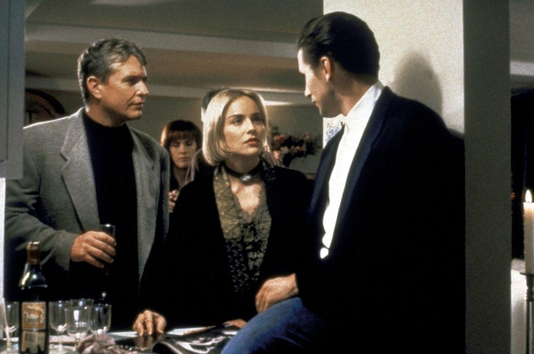 Jack Landsford (Tom Berenger, l.) und Zeke Hawkins (William Baldwin, r.) informieren die neue Mieterin Carly Norris (Sharon Stone) über die mysteriö... - Bildquelle: Paramount Pictures