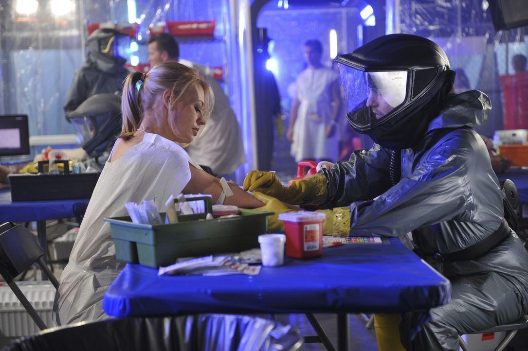 Kate (Jeri Ryan, l.) hofft, noch nicht mit dem tödlichen Virus infiziert zu sein. Ein Selbstmordattentäter will der Überbevölkerung der Erde entgege... - Bildquelle: 2012 American Broadcasting Companies, Inc. All rights reserved.