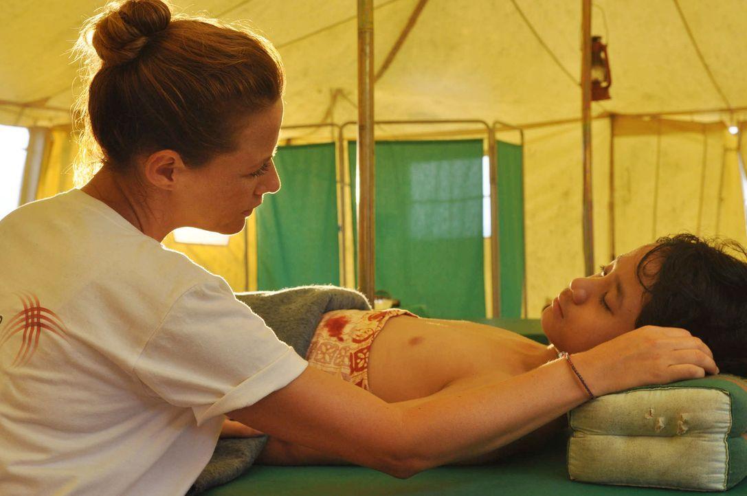 Nur sehr schwer kann sich Dr. Sophie Heimbach (Alexandra Neldel, l.) mit den Umständen arrangieren, die sie im Camp vorfindet. Verletzte, so weit da... - Bildquelle: Aki Pfeiffer SAT.1