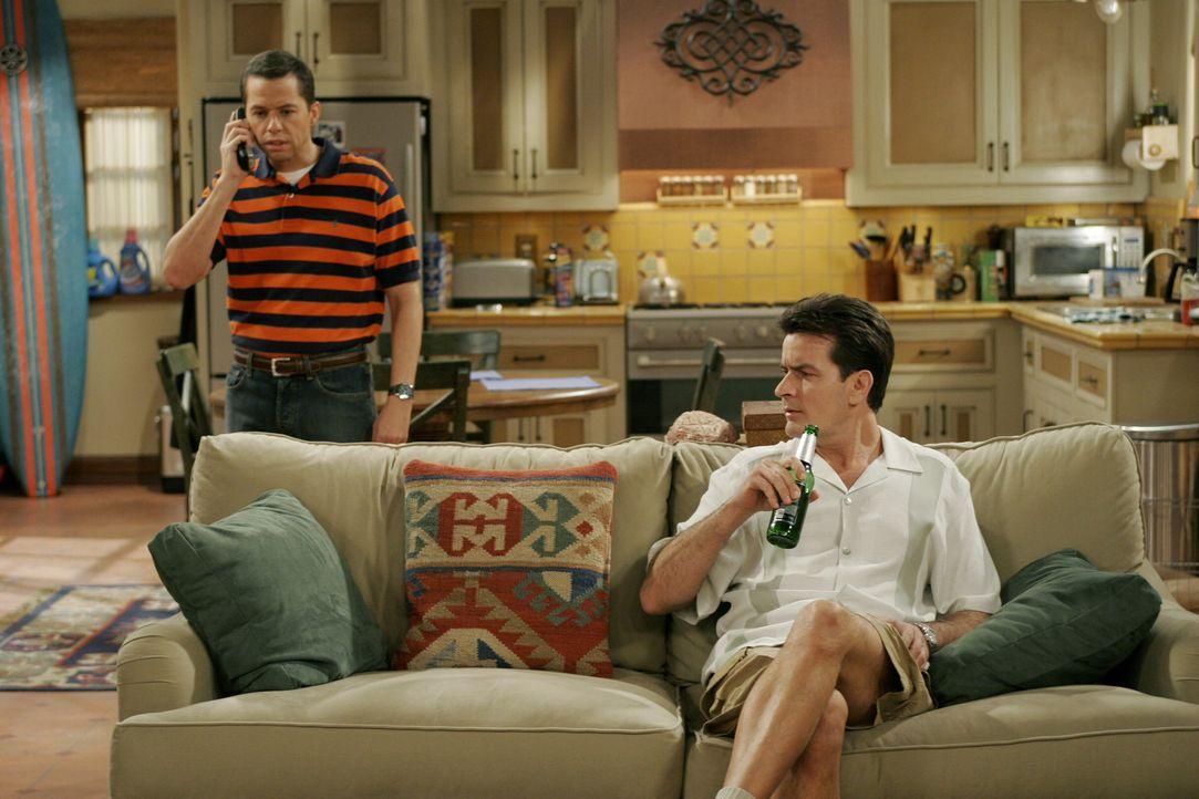 Alan (Jon Cryer, l.) bietet Charlie (Charlie Sheen, r.) an, seine Satellitenschüssel auf dem Dach auszurichten - doch das war ein Fehler ... - Bildquelle: Warner Brothers Entertainment Inc.