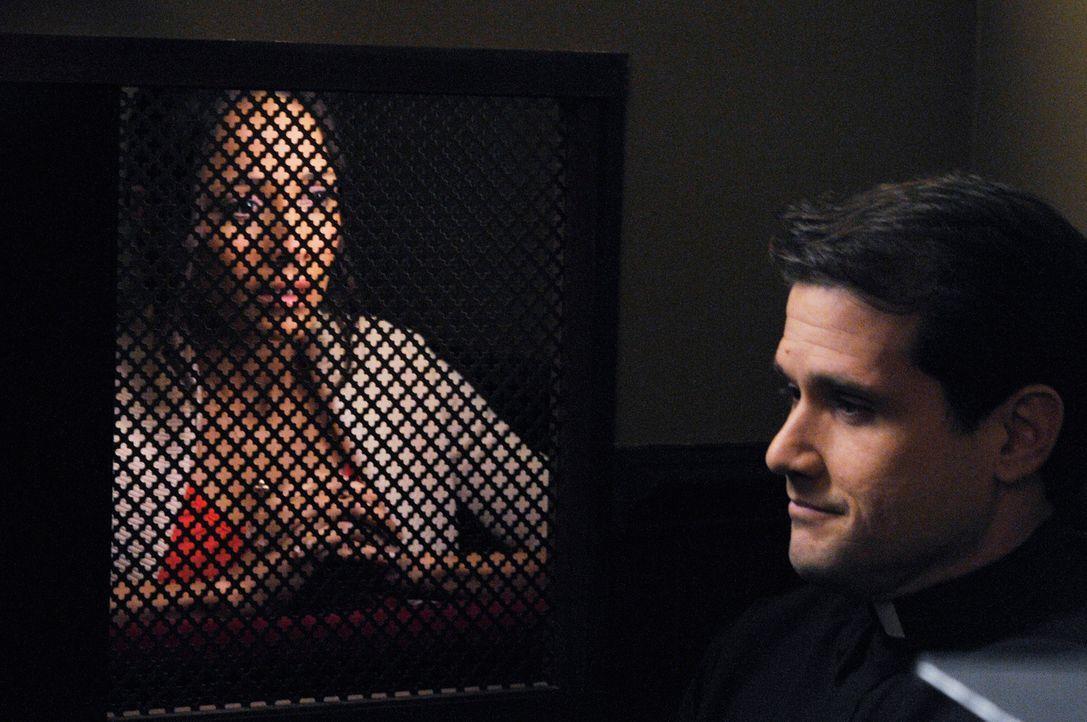 Rosie (Dania Ramirez, l.) sucht Rat bei Father Acosta (Luiz Hernandez, r.). Doch wird er ihr wirklich weiterhelfen können? - Bildquelle: ABC Studios