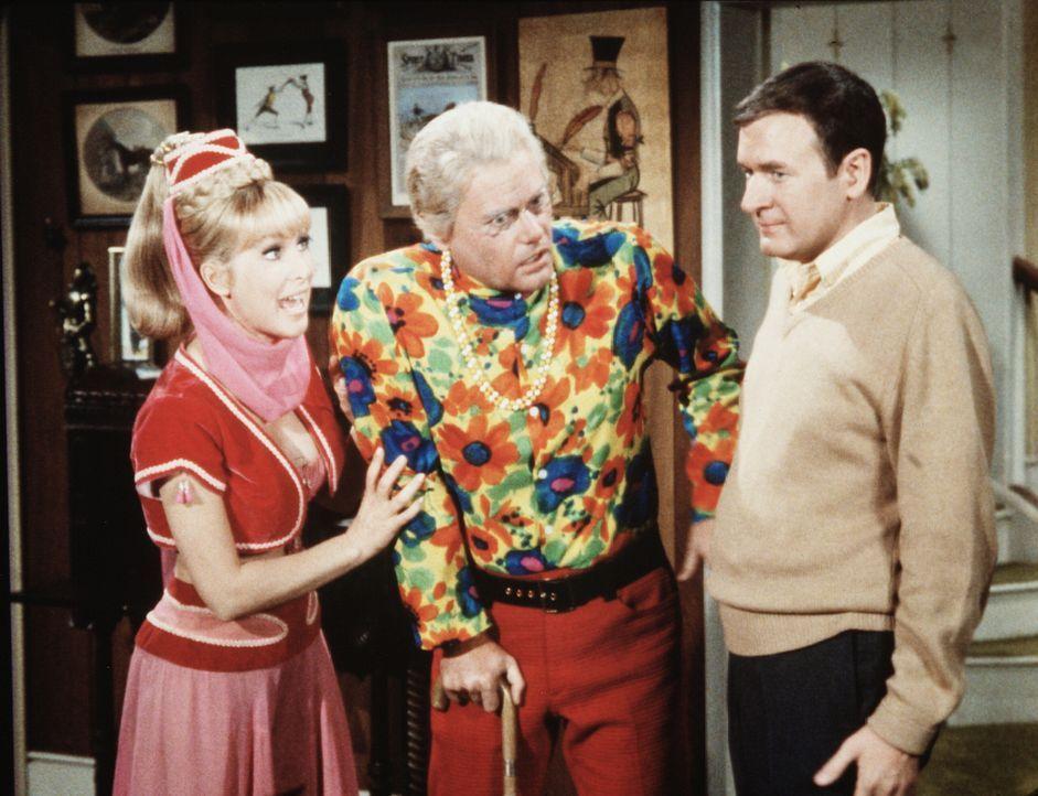 Roger (Bill Daily, r.) hört mit Staunen, dass Jeannie (Barbara Eden, l.) ernsthaft daran denkt, Tony (Larry Hagman, M.) so alt zu lassen, wie er jet... - Bildquelle: Columbia Pictures
