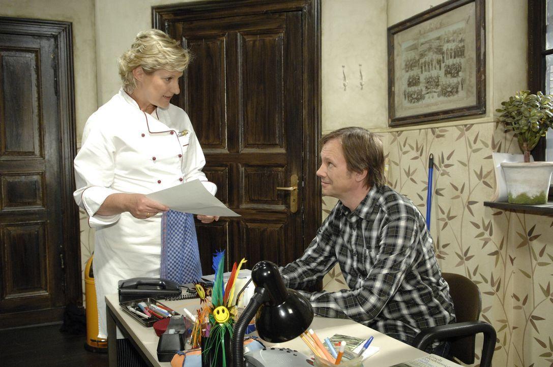 Armin (Rainer Will, r.) versichert Susanne (Heike Jonca, l.), eine Möglichkeit gefunden zu haben, Katjas Kaution zu bezahlen. - Bildquelle: Sat.1