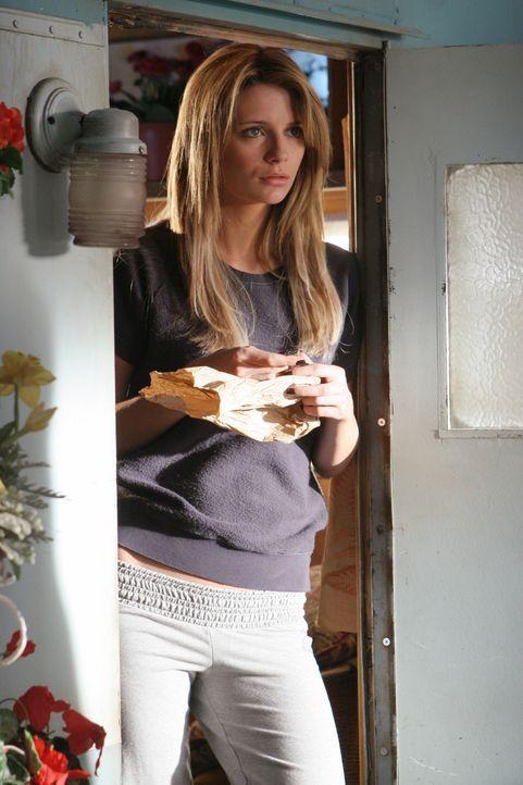 Anfangs fühlt sich Marissa (Mischa Barton) von Volchok verfolgt, doch nach einiger Zeit fühlt sie sich zu ihm hingezogen ... - Bildquelle: Warner Bros. Television