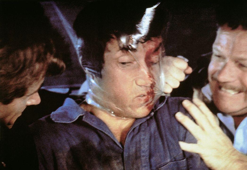 Bei seiner Erkundung der Berliner Szene wird Haddad (Scott Glenn, M.) von Ost-Agenten gefangen genommen und gefoltert ... - Bildquelle: Universal Pictures