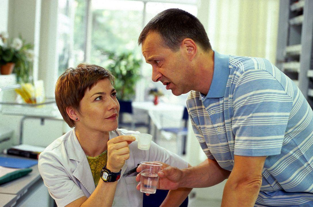 Dr. Stein (Christoph Schobesberger, r.) bekommt von Stephanie (Claudia Schmutzler, l.) sein Medikament verabreicht, damit er bei Kräften bleibt. - Bildquelle: Norbert Kuhroeber Sat.1