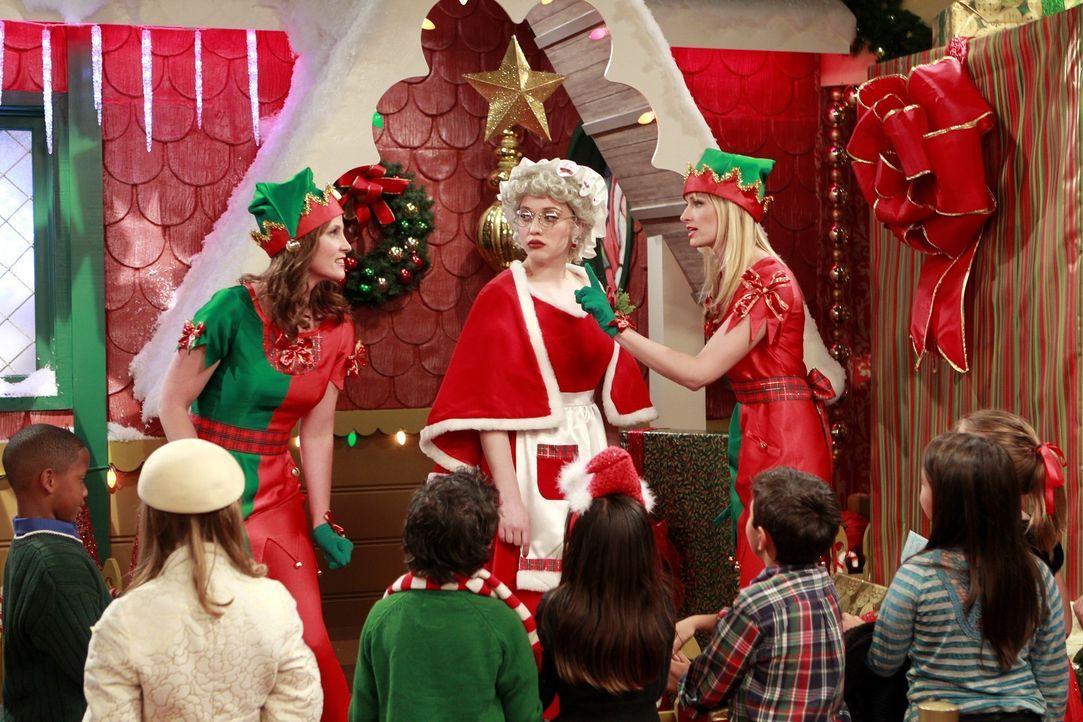 Feiertagsstimmung kommt hierbei nun wirklich nicht auf: Ihren Nebenjob als Santa's kleine Helfer kostet die beiden Mädchen Max (Kat Dennings, M.)... - Bildquelle: Warner Brothers