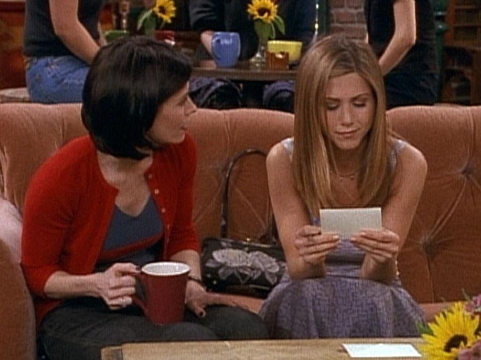 Rachel (Jennifer Aniston, r.) weiß nicht, ob sie zu Ross' Hochzeit fliegen soll. Monica (Courteney Cox, l.) weiß auch keinen Rat. - Bildquelle: TM+  2000 WARNER BROS.