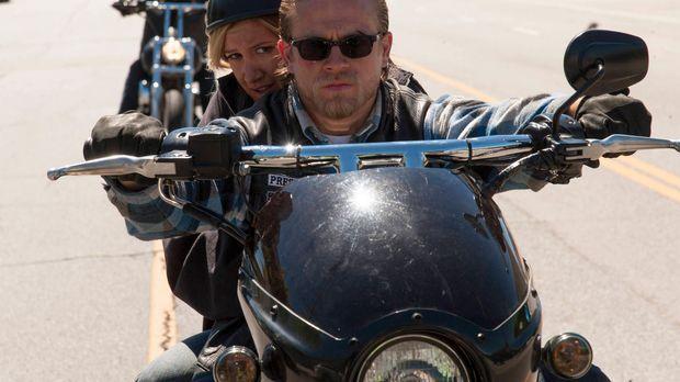 Kann Jax (Charlie Hunnam, r.) die bedrohte Emma Jean (Ashley Tisdale, l.) bes...