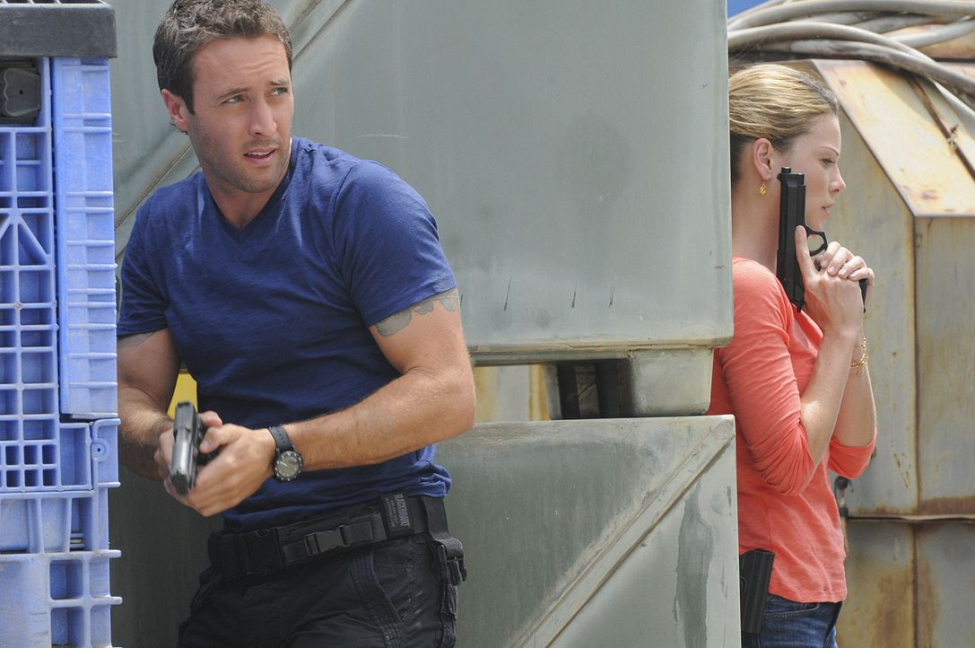 Ermitteln in einem neuen Mordfall: Steve (Alex O'Loughlin, l.) und Lori (Lauren German, r.) ... - Bildquelle: TM &   CBS Studios Inc. All Rights Reserved.