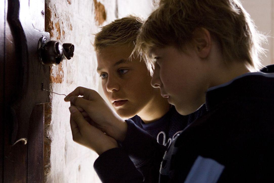 Ein alter Ring und ein Schlüssel liefern Mathias (Nicklas Svale Andersen, l.) und Nis (Christian Heldbo Wienberg, r.) Hinweise auf das Versteck des... - Bildquelle: Nordisk Film Biografdistribution