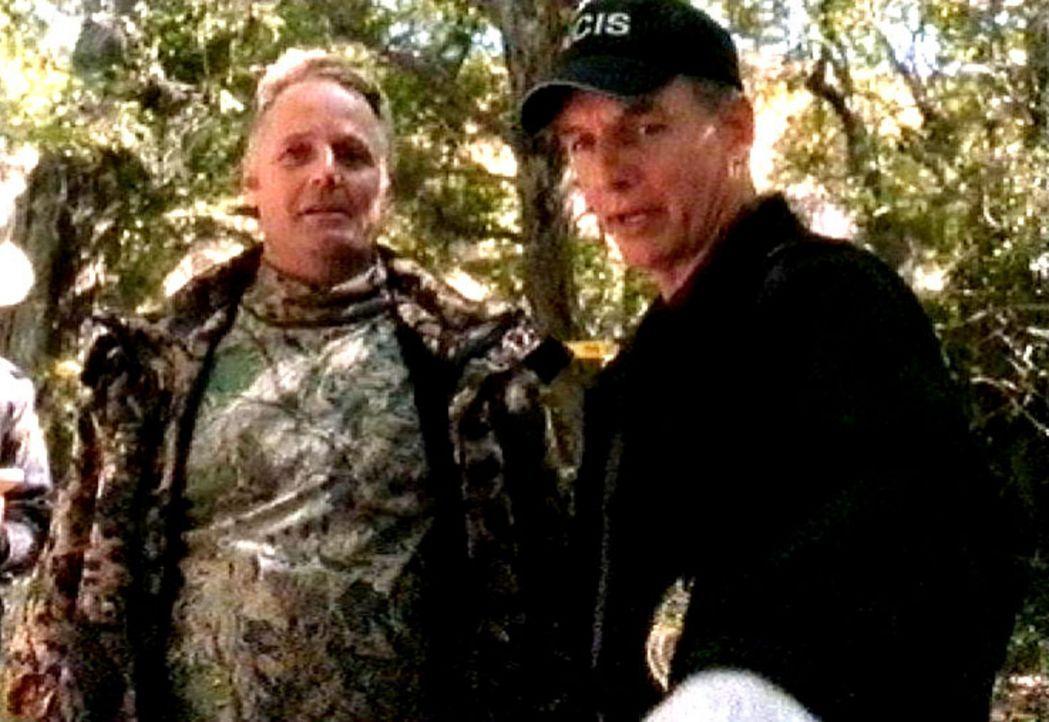 Gibbs (Mark Harmon, r.) befragt den Finder der Leiche. Jedes Detail zur Aufklärung dieses Falles ist für das Navy-Team von größtem Interesse - Bildquelle: CBS Television