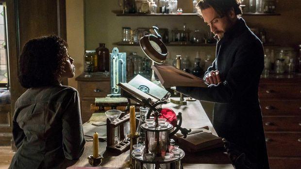 Während Abbie (Nicole Beharie, l.) zu einem FBI-Workshop muss, stattet Crane...