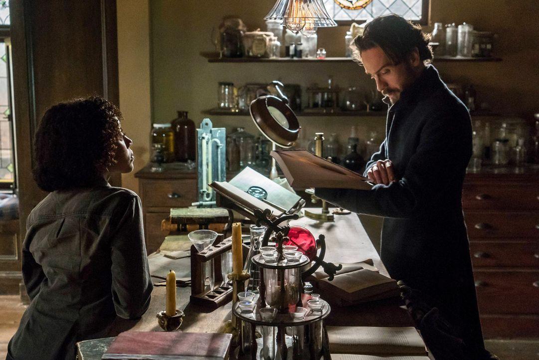 Während Abbie (Nicole Beharie, l.) zu einem FBI-Workshop muss, stattet Crane (Tom Mison, r.) einem Wissenschaftler einen Besuch ab, der ihm helfen s... - Bildquelle: 2015-2016 Fox and its related entities.  All rights reserved.