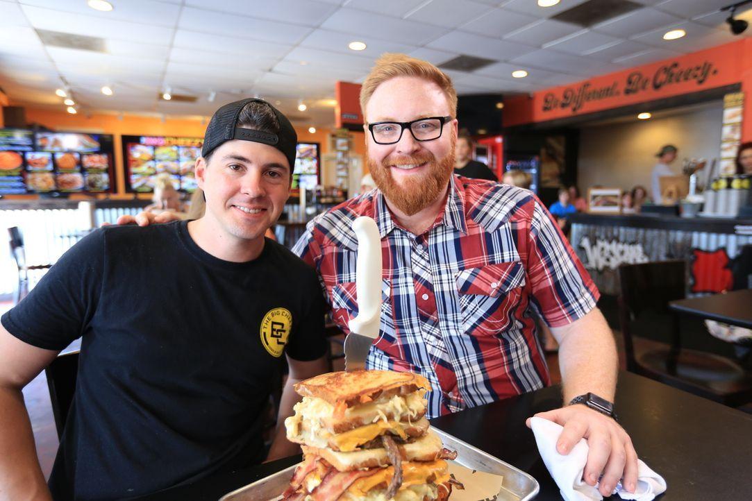 """Koch Adam (l.) vom """"Big Cheezy"""" in New Orleans ist gespannt, wie sich Josh (r.) bei seinem """"Daddy Mac"""" schlagen wird ... - Bildquelle: 2017,Television Food Network, G.P. All Rights Reserved."""