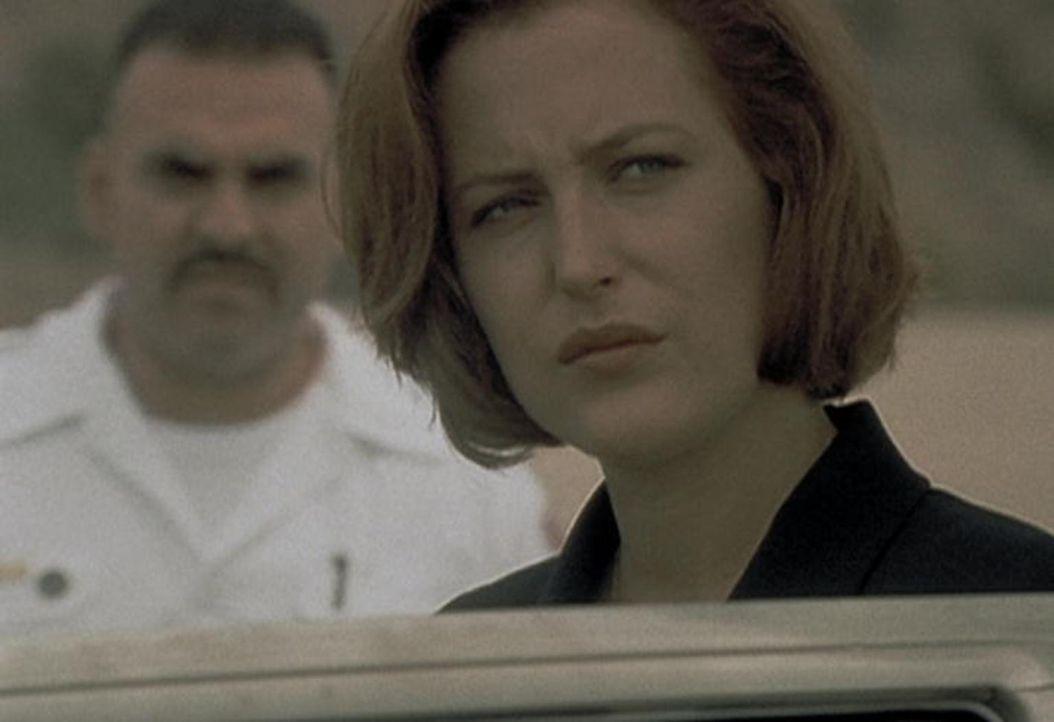 Scully (Gillian Anderson) muss resigniert feststellen, dass sie den Menschen, die erkrankt sind, nicht helfen kann. - Bildquelle: TM +   2000 Twentieth Century Fox Film Corporation. All Rights Reserved.