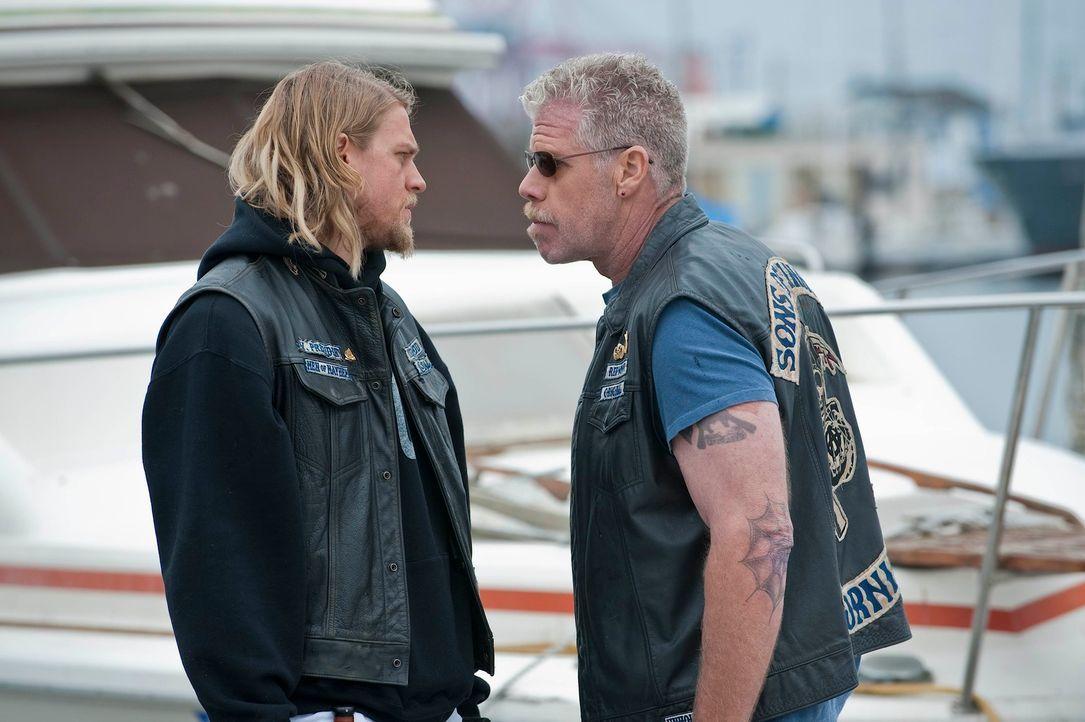 Die Nerven liegen blank: Clay (Ron Perlman, r.) verspricht Jax (Charlie Hunnam, l.), ihm bei der Suche nach seinem Sohn Abel zu helfen und den Junge... - Bildquelle: 2010 FX Networks, LLC. All rights reserved.