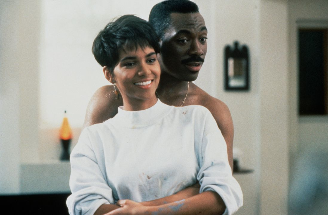 Einziger Hoffnungsschimmer im hormonbestimmten Treiben des großmäuligen Marcus (Eddie Murphy, hinten) ist die liebenswerte Angela (Halle Berry, vo... - Bildquelle: Paramount Pictures