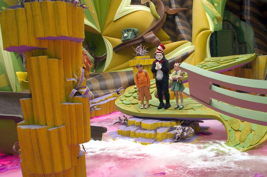 Der lustige Kater mit Hut (Mike Myers, M.) entführt Conrad (Spencer Breslin, l.) und Sally (Dakota Fanning, r.) an einem langweiligen Regentag in e... - Bildquelle: TM &   2003 DreamWorks LLC. All Rights Reserved.