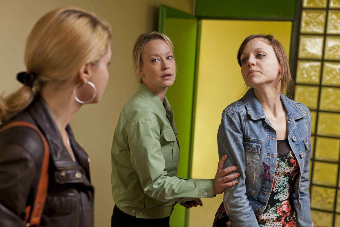 Nachdem bei Bea (Nadja Becker, r.) in der Wohnung ein halbes Kilo Kokain gefunden wurde, wird sie verhaftet. Danni (Annette Frier, l.) versucht alle... - Bildquelle: Frank Dicks SAT.1