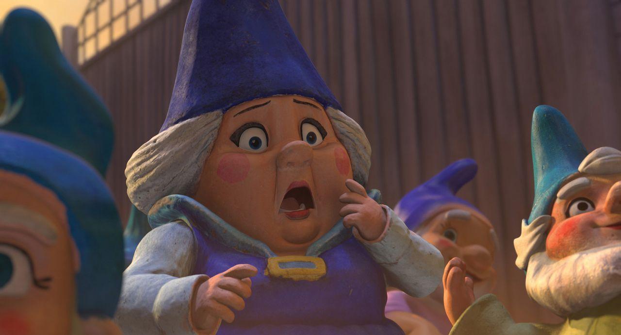 Zwergenmutter Blaublut ist entsetzt, als sie mit ansehen muss, wie ihr blaubezipfelter Zwergen-Sohn Gnomeo von einem Auto erfasst wird. Alles nur we... - Bildquelle: Touchstone Pictures,   Miramax Film NY, LLC. All rights reserved