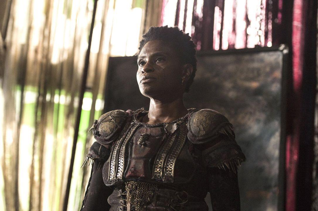 Lexa bieten den Skypeople einen Sitz in ihrem Rat an, aber auch Indra (Adina Porter) ahnt, dass nicht alle der zwölf Clans dieses Angebot unterstütz... - Bildquelle: 2014 Warner Brothers