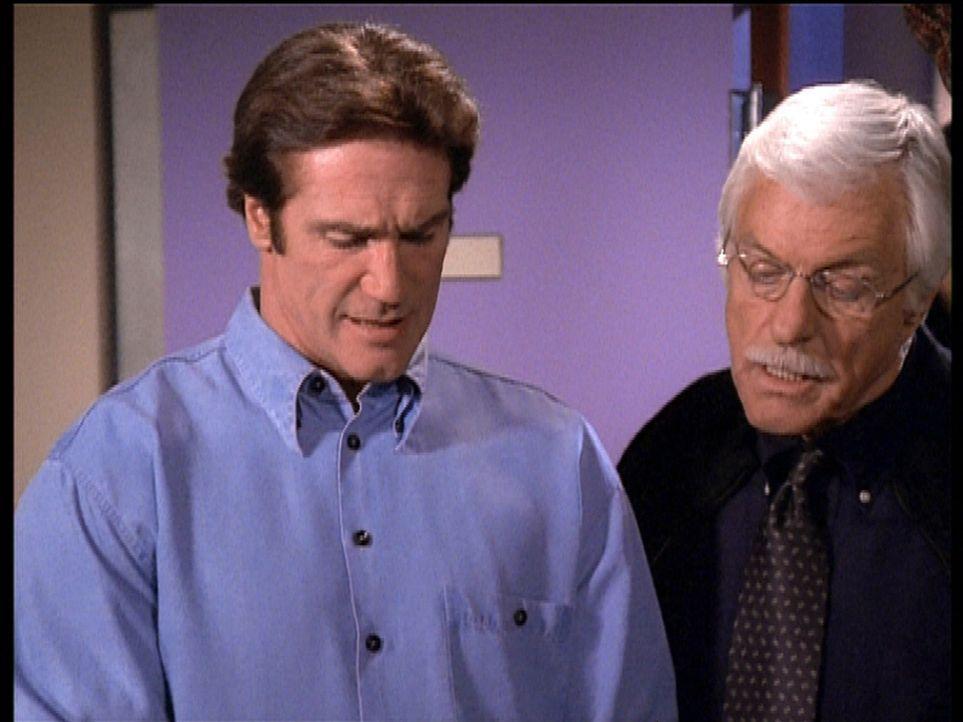 Steve (Barry Van Dyke, l.) und sein Vater Mark (Dick Van Dyke, r.) diskutieren darüber, ob das gefundene Indiz tatsächlich ein Hinweis auf den Mö... - Bildquelle: Viacom