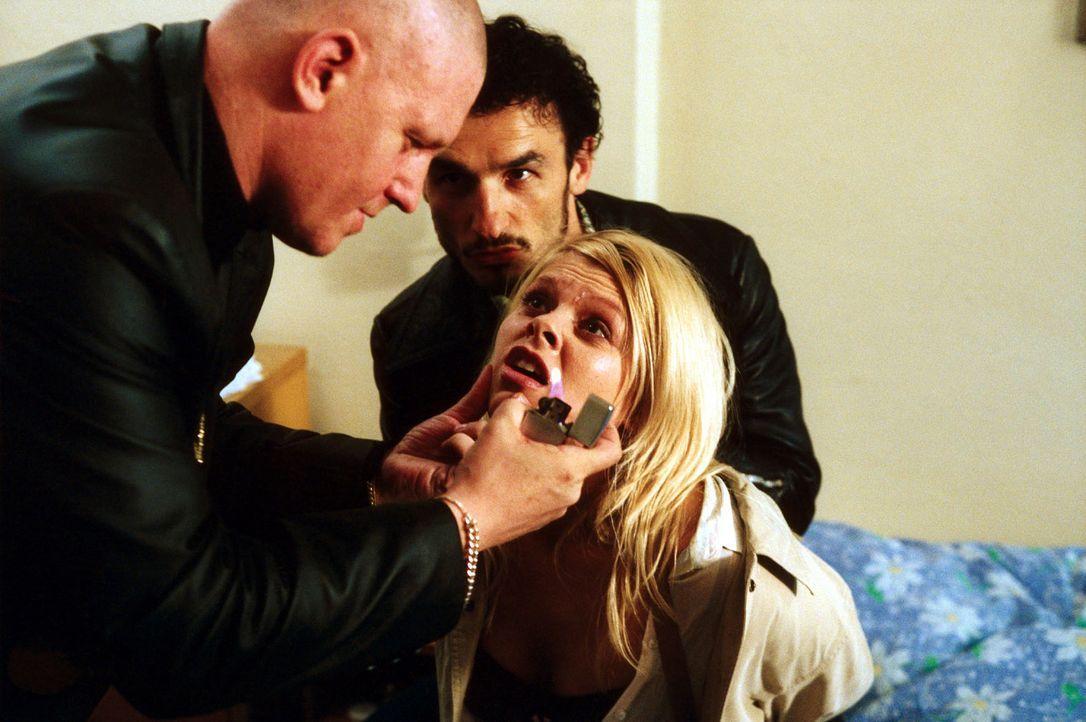 Natalie (Anne Sophie Briest, M.) hat sich auf eigene Faust auf die Suche nach den Tätern gemacht, die ihren Freund Sven zusammengeschlagen haben, u... - Bildquelle: Sat.1