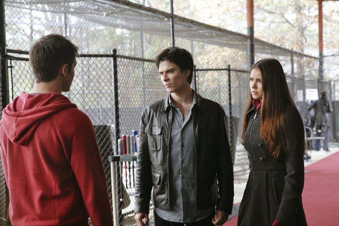 Elena (Nina Dobrev, r.) und Damon (Ian Somerhalder, M.) brechen gemeinsam auf, um sicherzugehen, dass Jeremy (Steven R. McQueen, l.) in Denver keine... - Bildquelle: Warner Brothers