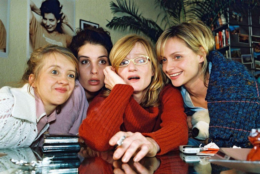 Gebannt warten die Freundinnen (v.l.n.r.: Anna Böttcher, Elena Uhlig, Nina Petri, Catherine Flemming) auf Daniels Anruf ... - Bildquelle: Gordon Mühle Sat.1