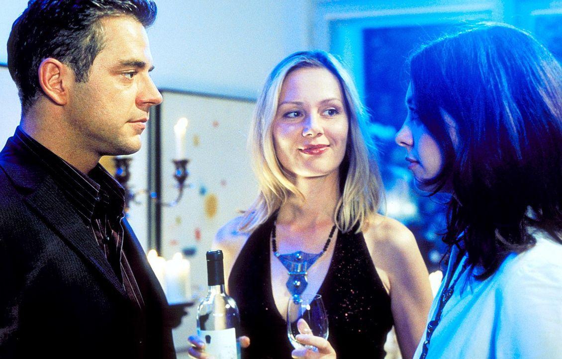 Als Erik (Florian Fitz, l.) überraschend auf Sabines (Antje Schmidt, M.) Party seine ehemalige Freundin Andrea (Julia Richter, r.) wiedertrifft, funkt es sofort. Doch schon bald tut sich für Andrea ein riesengroßes Hindernis auf ...