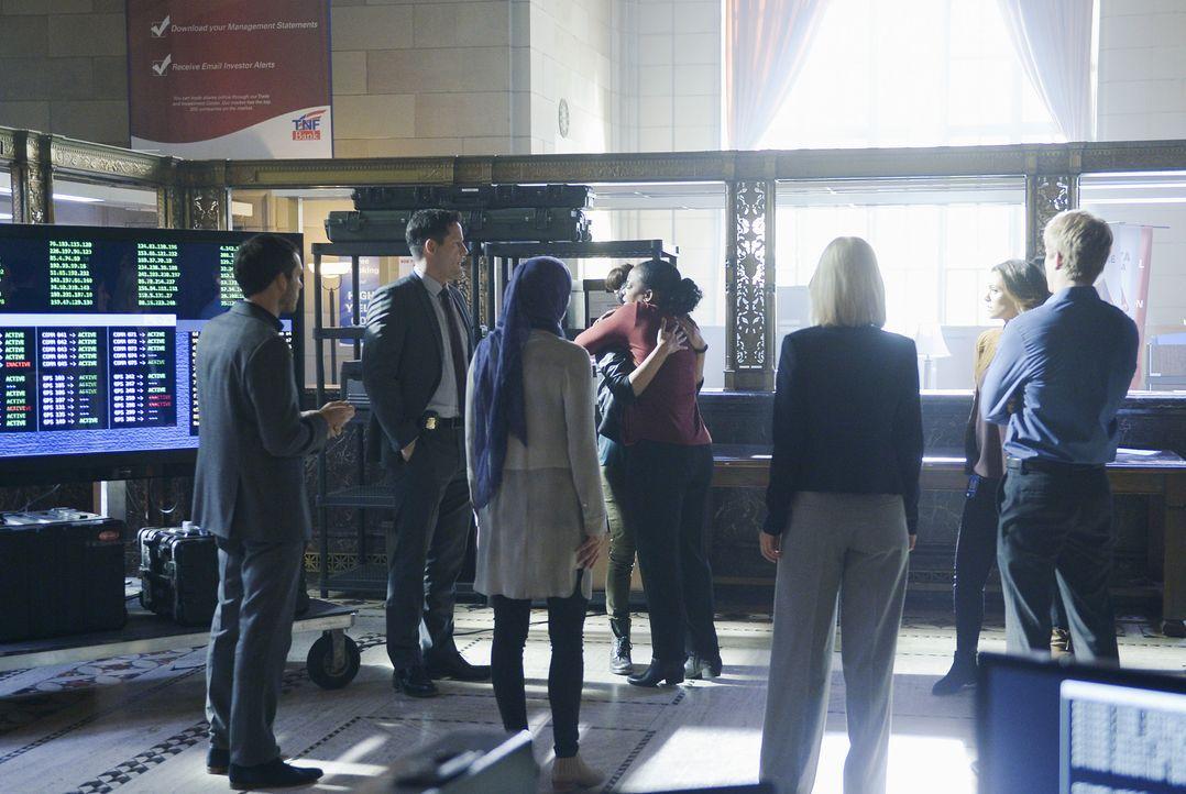 Nachdem sich Alex (Priyanka Chopra, 4.v.l.) für schuldig bekannt hat, um Undercover den wahren Bomber zu finden, trifft sie auf Miranda (Aunjanue El... - Bildquelle: Philippe Bosse 2015 ABC Studios