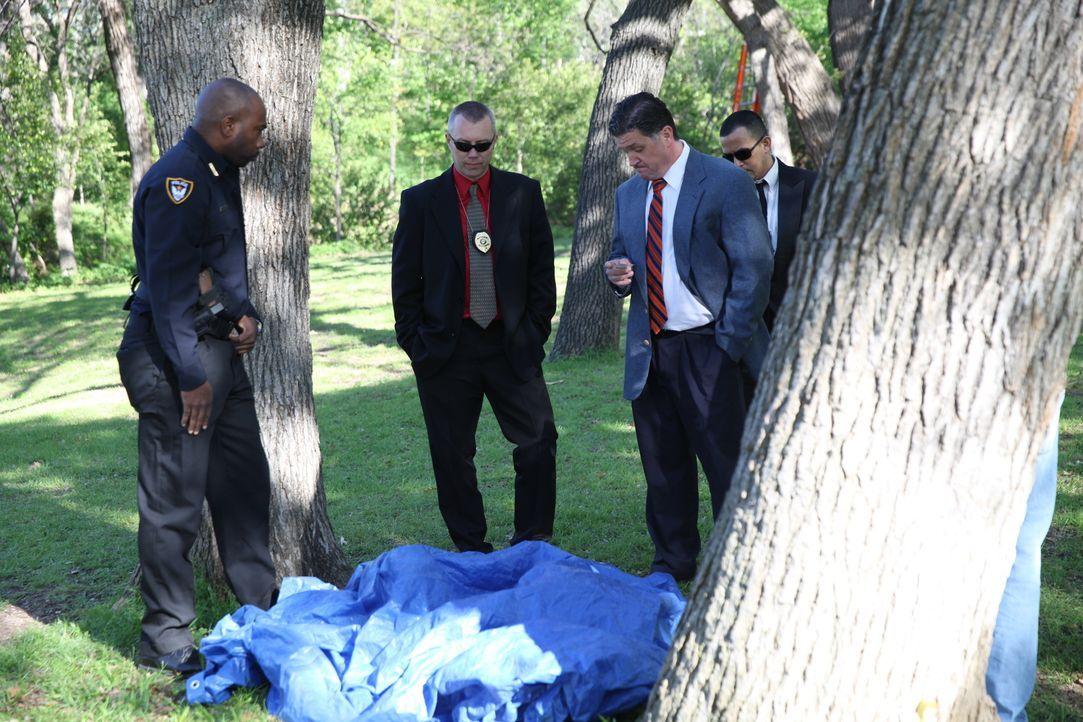 Die Ermittler der New Yorker Polizei inspizieren den Tatort im Central Park. Dort wurde die Leiche der 18-jährigen Jennifer Levin gefunden. Die Spur... - Bildquelle: 2016 AMS Pictures. All Rights Reserved