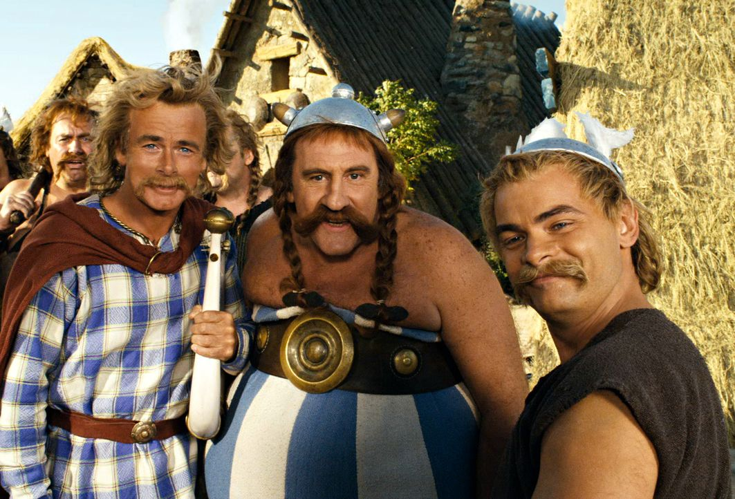 Asterix (Clovis Conrillac, r.) Obelix (Gérard Depardieu, M.) und Troubadix (Franck Dubosc) reisen nach Griechenland, denn ihr Freund Romantix muss d... - Bildquelle: Constantin Film