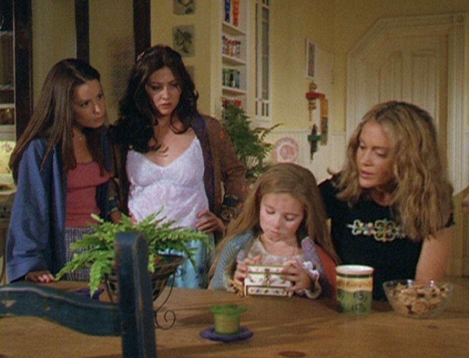 Die kleine Kate (Rachel David, 2.v.r.) hütet in ihrem Kästchen ein großes Geheimnis. Piper (Holly Marie Combs, l.), Prue (Shannen Doherty, 2.v.l.) u... - Bildquelle: Paramount Pictures