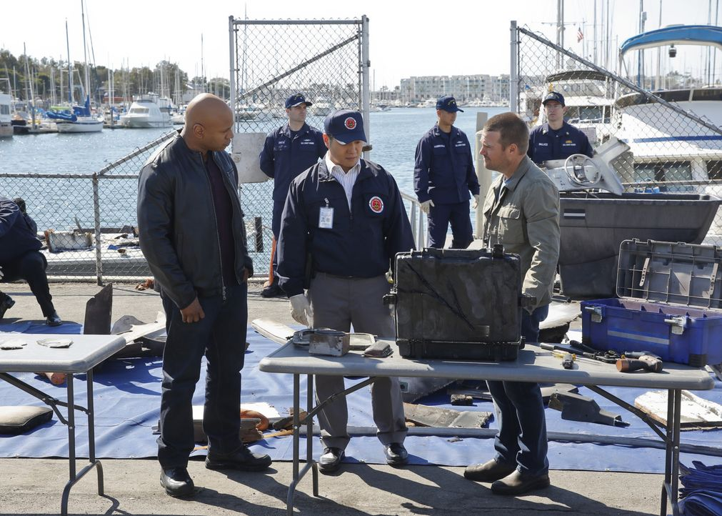 Ermitteln gemeinsam, als ein Raketentest gehackt und dadurch eine zivile Motoryacht versenkt wurde: Callen (Chris O'Donnell, r.), Sam (LL Cool J, l.... - Bildquelle: CBS Studios Inc. All Rights Reserved.