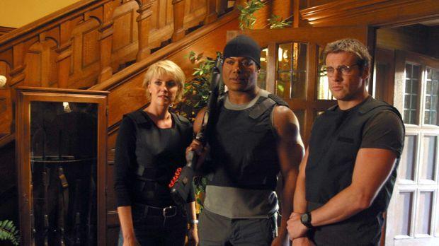 Sam (Amanda Tapping, l.), Teal'c (Christopher Judge, M.) und Daniel (Michael...