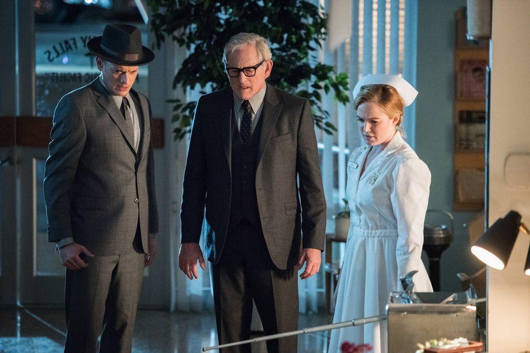 Erkennen Snart (Wentworth Miller, l.), Dr. Stein (Victor Garber, M.) und Sara (Caity Lotz, r.) zu spät, welche grausamen Versuche Dr. Konx alias Sav... - Bildquelle: 2015 Warner Bros.