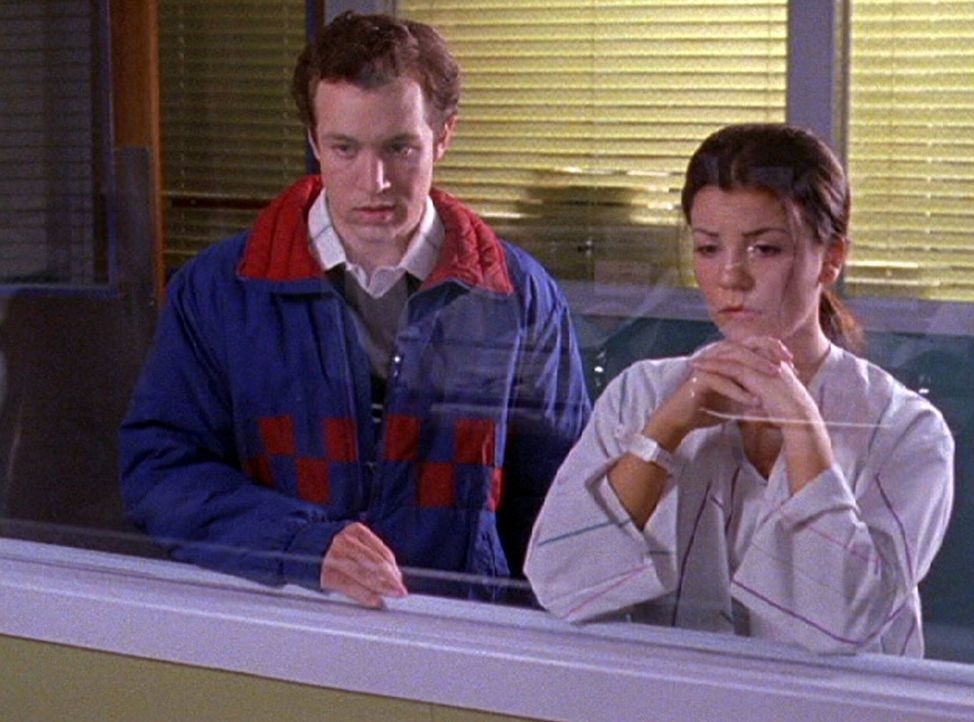 Bei Sherry setzen die Wehen ein und als Lorelai im Krankenhaus ankommt, muss sie an damals denken: Lorelai (Chelsea Brummet, r.) musste ganz ohne Ch... - Bildquelle: 2002 Warner Bros.