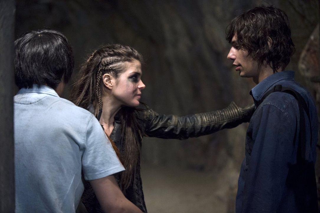 Monty (Christopher Larkin, l.) und Jasper (Devon Bostick, r.) sind froh darüber, Octavia (Marie Avgeropoulos, M.) zu sehen, doch auch sie hat keine... - Bildquelle: 2014 Warner Brothers
