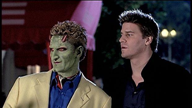 Angel (David Boreanaz, r.) und der Conférencier (Andy Hallett) wundern sich,...