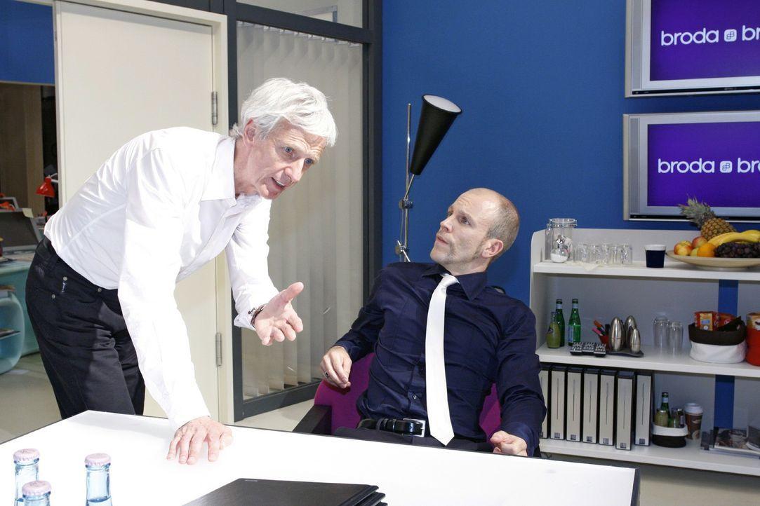 Robert (Mathieu Carrière, l.) kritisiert den Führungsstil von Gerrit (Lars Löllmann, r.) - Bildquelle: Noreen Flynn Sat.1